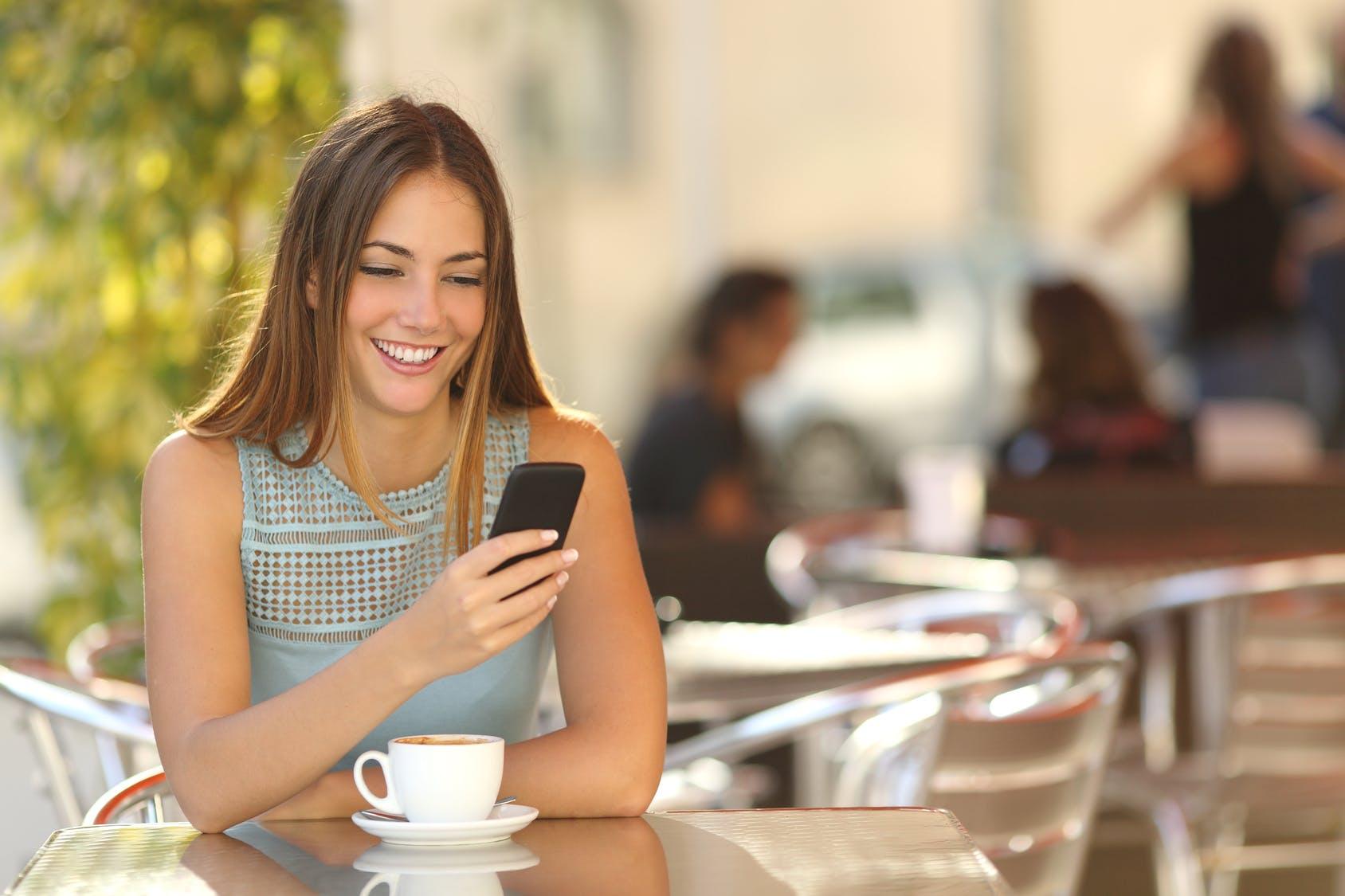 Девушка с мобильным телефоном картинки